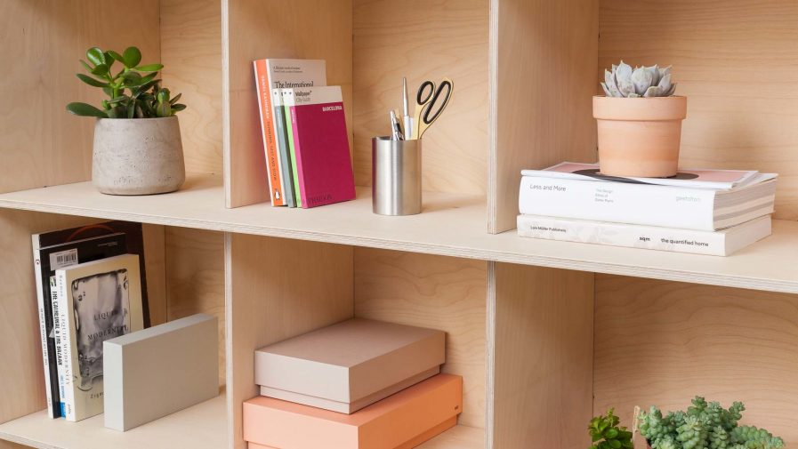 Un meuble de séparation d'espace Opendesk fin bookshelf zoom sur les réngements