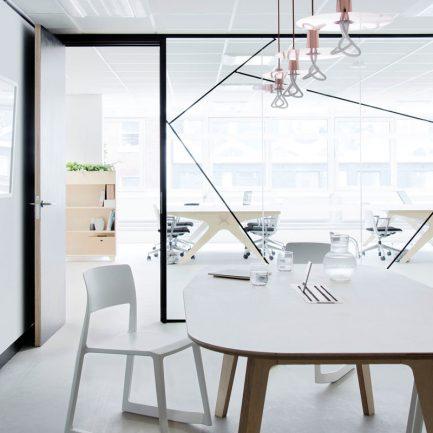 Table de réunion ovale pour les nouveaux espaces de travail en entreprise