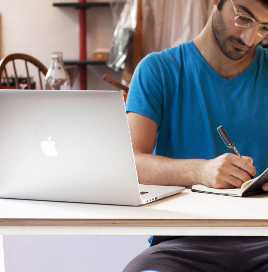 Meubles de bureaux en bois designs individuels ou collectifs pour rester focus et executer