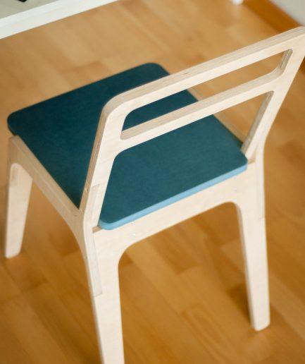 Chaise en bois légère et design.