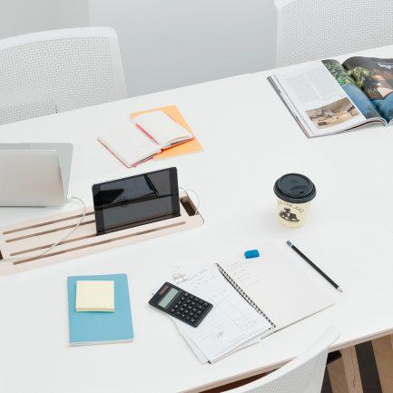 Une table parfaitement confortable pou accueillir plusieurs co,,aborateurs