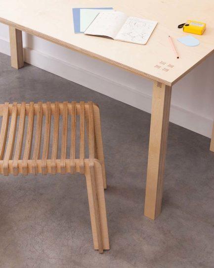 Chaise en bois design confortable et écologique.
