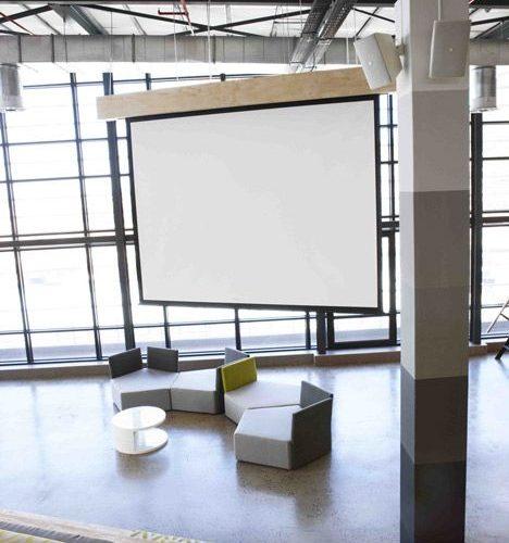 Un écran utile aux salariés et à l'organisation de réunions nombreuses.