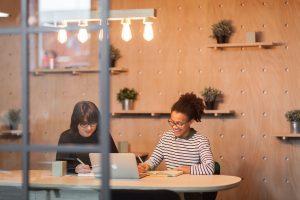 Des tables de réunions designs pour les nouveaux espaces de travail.