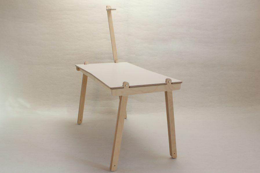 Bureau design en bois made in France avec une perche pour la lumière.