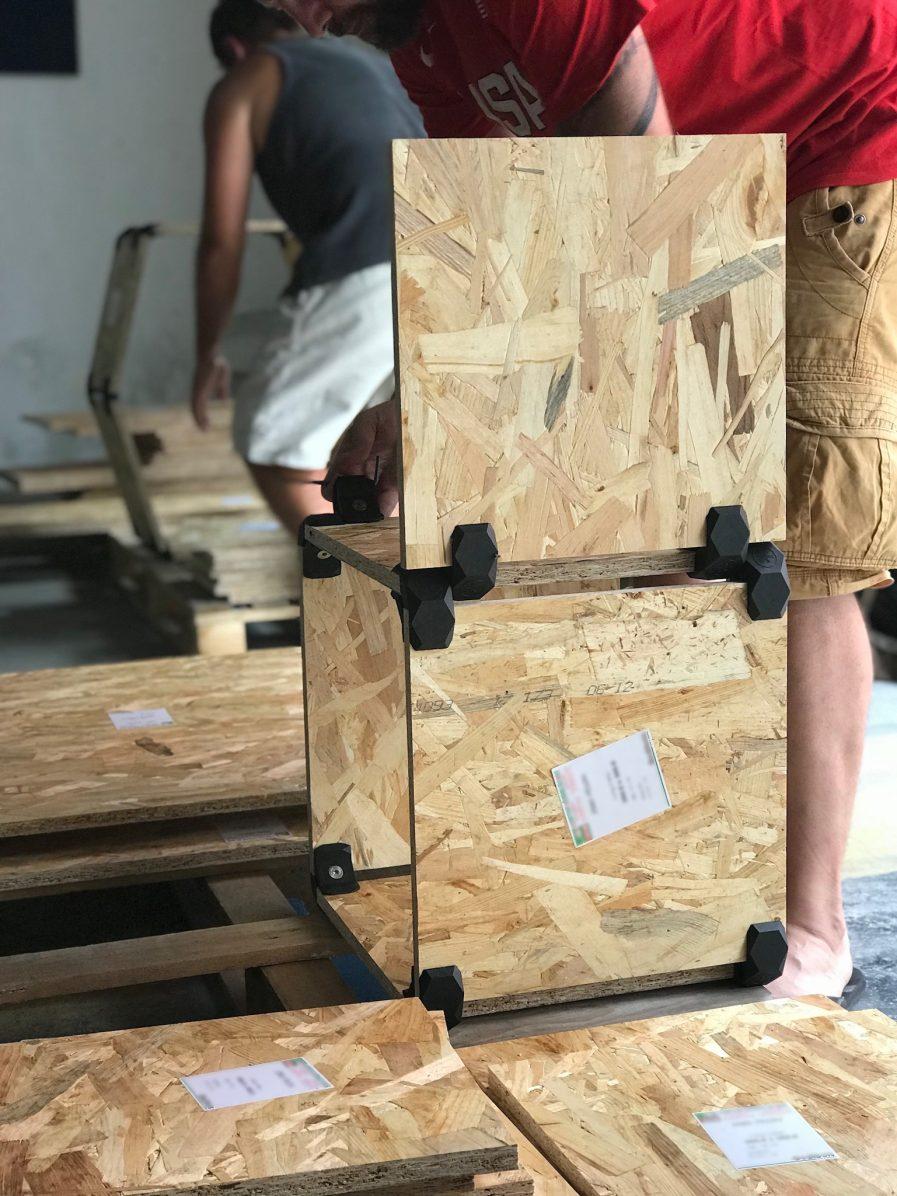 Cubes de rangement modulaires en OSB showroom